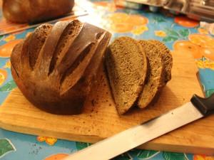 Postal: Cortando rebanadas de un pan