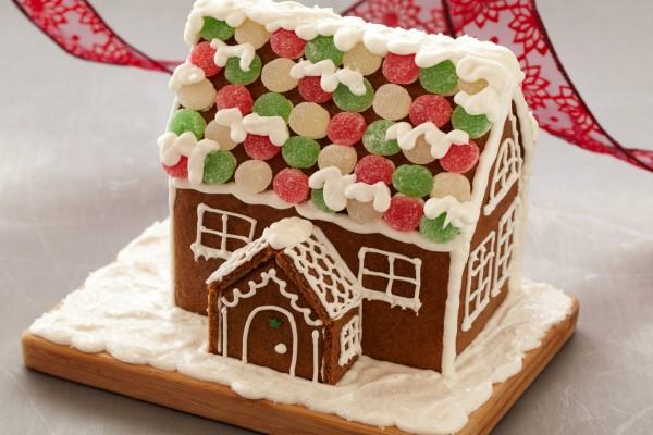 Gingerbread house con galletas y golosinas