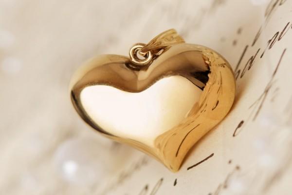 Colgante de oro con forma de corazón
