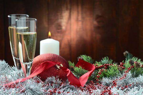 Adornos navideños y champán para los días festivos
