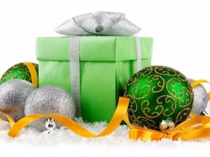 Bolas y regalo para Navidad