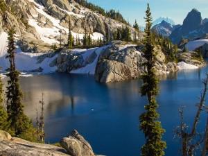 Postal: Nieve sobre las rocas junto al lago