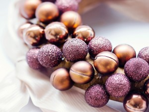 Bolas navideñas doradas y púrpura