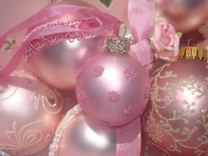 Postal: Bolas rosas para una Navidad romántica