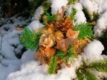 Arreglo floral en la nieve para Navidad
