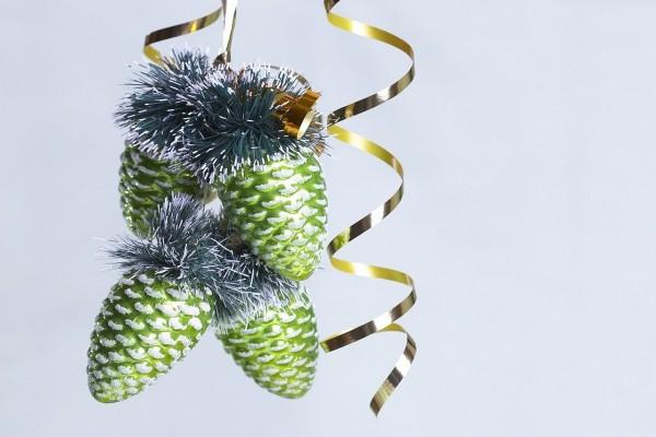 Decoración navideña con conos, guirnaldas y cintas