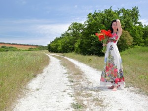 Postal: Mujer con un ramo de amapolas