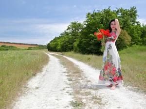 Mujer con un ramo de amapolas