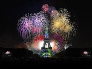 Impresionantes fuegos artificiales en la Torre Eiffel