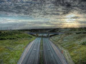 Carretera solitaria al atardecer