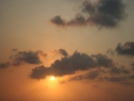 El sol en el cielo junto a las nubes