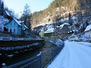 Postal: Paisaje nevado junto a un río