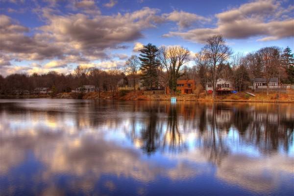 Casas y árboles junto al lago