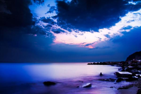 Mar púrpura al amanecer