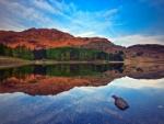 Agua del lago cristalina