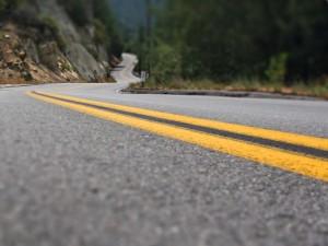Líneas amarillas en una carretera