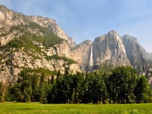Gran cascada en las montañas