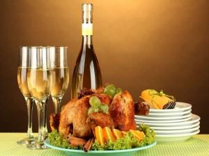 Postal: Copas con vino junto a un pollo asado