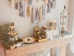 Mesa con pasteles y dulces variados