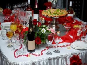 Bebida y comida sobre una mesa festiva