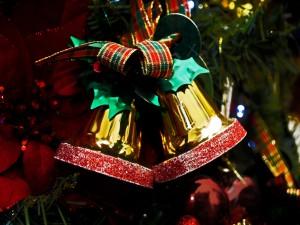 Campanas doradas con un hermoso moño para Navidad