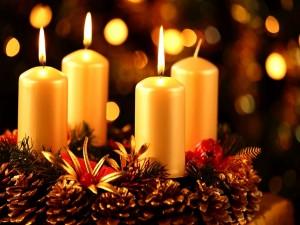 Postal: Arreglo navideño con velas y conos de pino