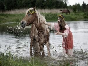 Postal: Mujer lavando a un caballo