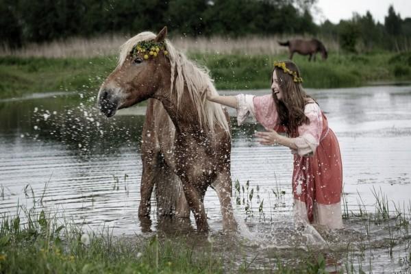 Mujer lavando a un caballo