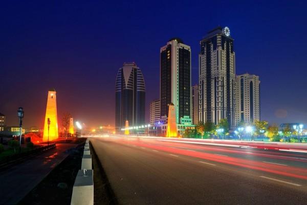 Carretera iluminada en la ciudad