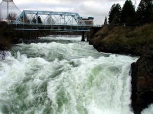 Postal: Puente sobre un río torrentoso
