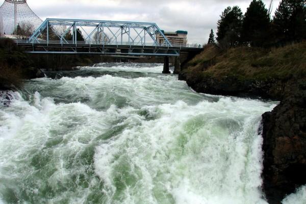 Puente sobre un río torrentoso