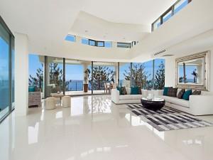 Lujosa sala de estar con vista al mar
