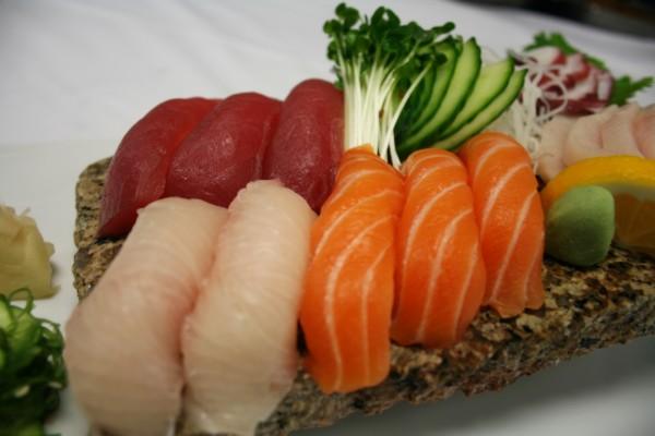 Pescado fresco en una preparación japonesa