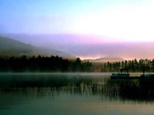 Niebla en el río y las montañas