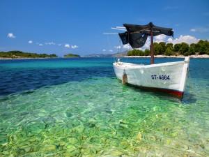 Barca anclada en el agua