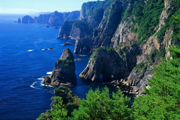 Acantilados y rocas junto al mar