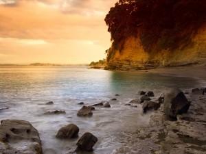 Postal: Escaleras junto a la roca para bajar a la playa