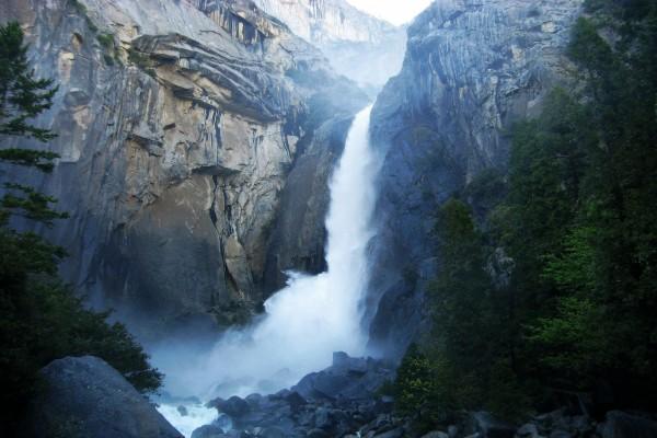 Salto de agua entre grandes rocas