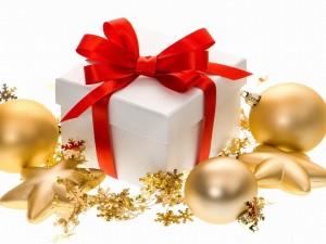 Postal: Bolas doradas junto a un regalo navideño