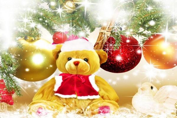 Oso de peluche junto al árbol de Navidad