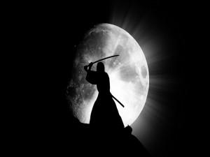 Gran luna tras un samurai