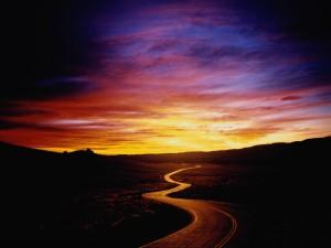Carretera serpenteante al amanecer