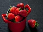 Fresas en una cazuela roja