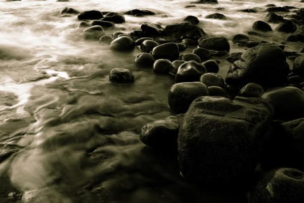 Piedras en la orilla