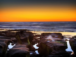 Grandes rocas junto al mar