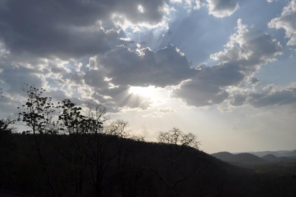 El sol entre las grandes nubes