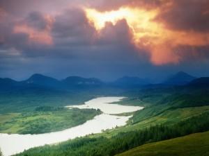 Postal: Vista de un gran río en un entorno natural