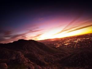 Postal: Vista de una ciudad desde la colina
