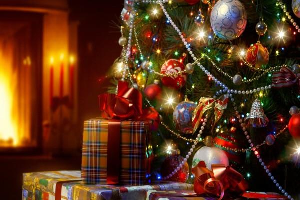 Regalos junto al árbol para una feliz Navidad