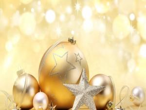 Postal: Bolas y estrellas doradas para adornar en Navidad